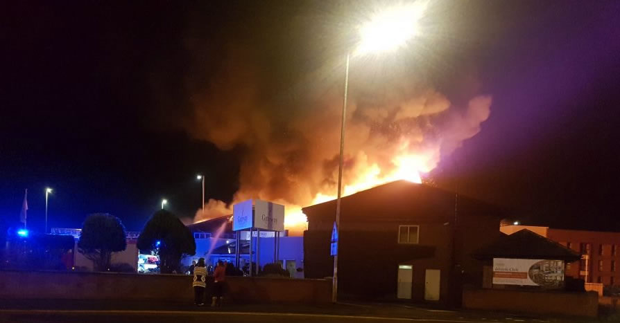 Huge fire engulfs Brit hotel - emergency services on the scene